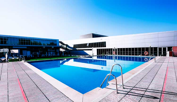 piscina-exterior-eventos-granada-terraza-padel---movil